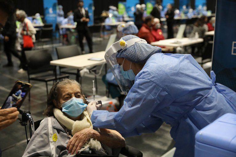 Inició la aplicación de la tercera dosis contra el covid-19 en Colombia