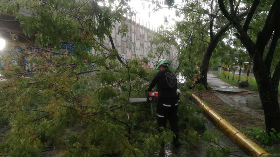 Debido a las lluvias también se presentó un debilitamiento de un muro de contención en el Asentamiento Granjas Comunitarias, Comuna dos, que también fue atendido.