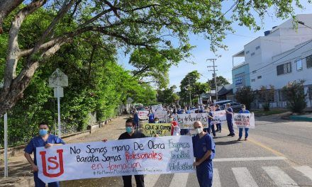 Médicos residentes exigen pago de sus sueldos
