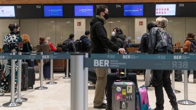 Buscan a 600 viajeros del Reino Unido que llegaron a Colombia por nueva cepa de coronavirus