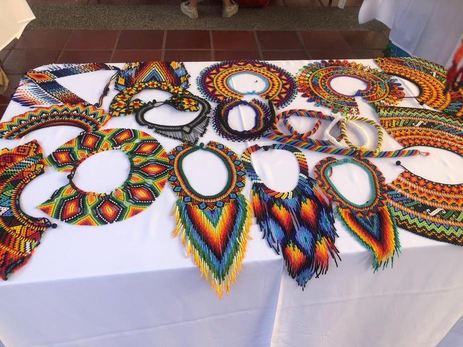 Lleva más de cuatro años trabajando con artesanías en Chaquira. Heredó de sus padres el arte de tejer complejos collares y manillas de vivos colores.