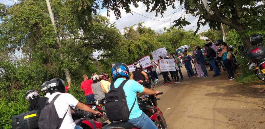 Aproximadamente durante dos horas tuvieron bloqueadas las vías con el fin de hacerse sentir ante la comunidad.