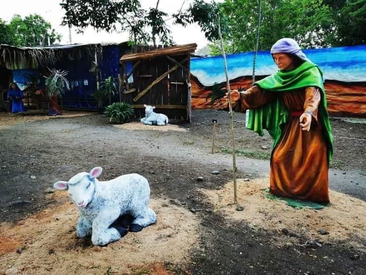 Las figuras que adornan el lugar donde nació Jesús de más de 2 metros de altura.