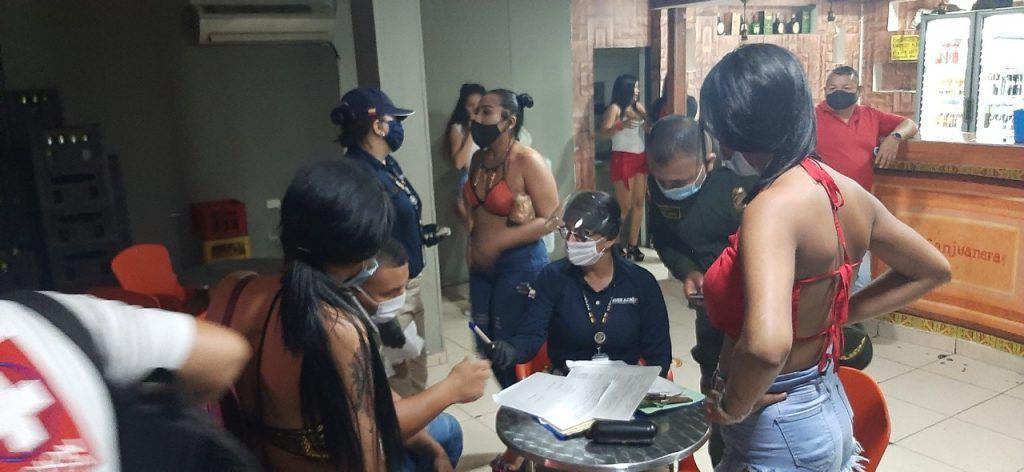 Mujeres de nacionalidad venezolana que se encontraban trabajando en un local fueron requeridas por migración.
