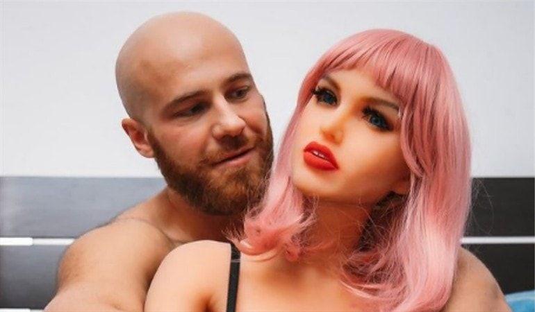 Deportista ruso se casó con su muñeca sexual
