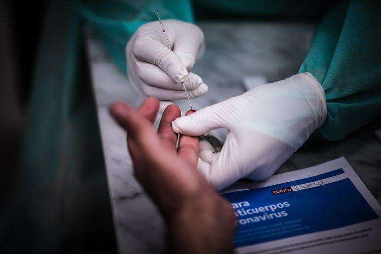 Anticuerpos contra Covid duran seis meses en personas infectadas