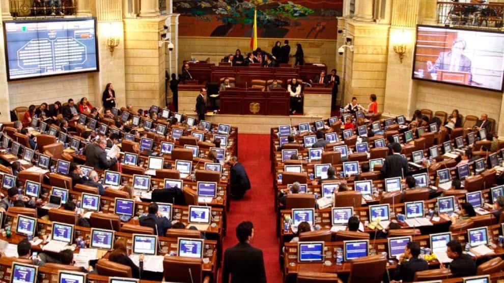Firman en Navidad decreto que aumenta el salario de los congresistas