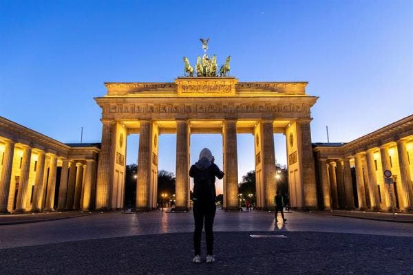 Puerta de Brandenburgo en Berlin (Alemania) sin visitas por el confinamiento. EFE/EPA/OMER MESSINGER.