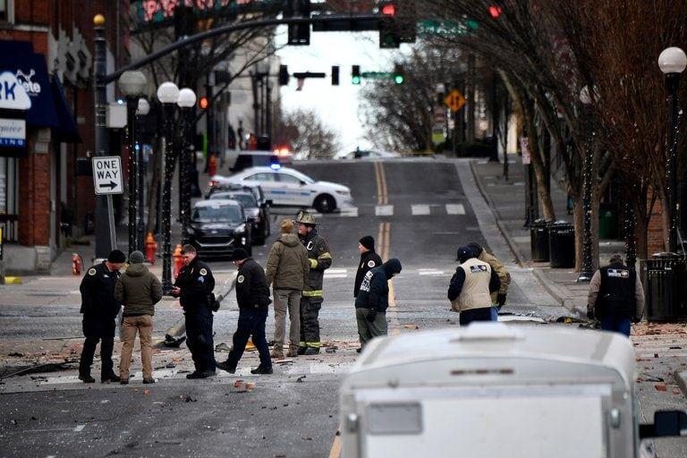 Los escombros cubren la carretera cerca del lugar de la explosión en el área de Second and Commerce en Nashville (Andrew Nelles/Tennessean.com/EEUU TODAY NETWORK a través de REUTERS).