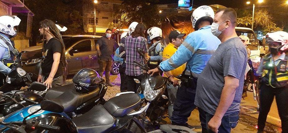 Los motociclistas indisciplinados también vieron sus vehículos inmovilizados.