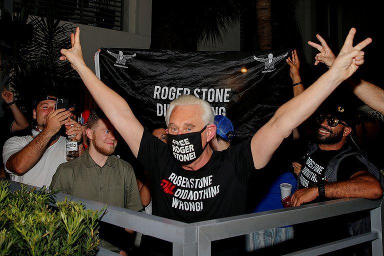 Roger Stone, ex asesor del presidente Donald Trump, ante la conmutación de su pena. REUTERS/Joe Skipper TPX IMAGES OF THE DAY.