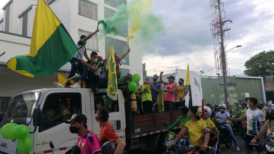 La multitud recorrió las principales calles de la ciudad tras la llegada de los jugadores.