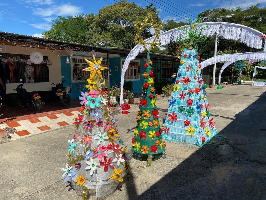 Una cuadra en Palermo decoró la navidad con elementos reciclables. Además de fomentar la tradición de fin de año, ayudan a preservar el medio ambiente.