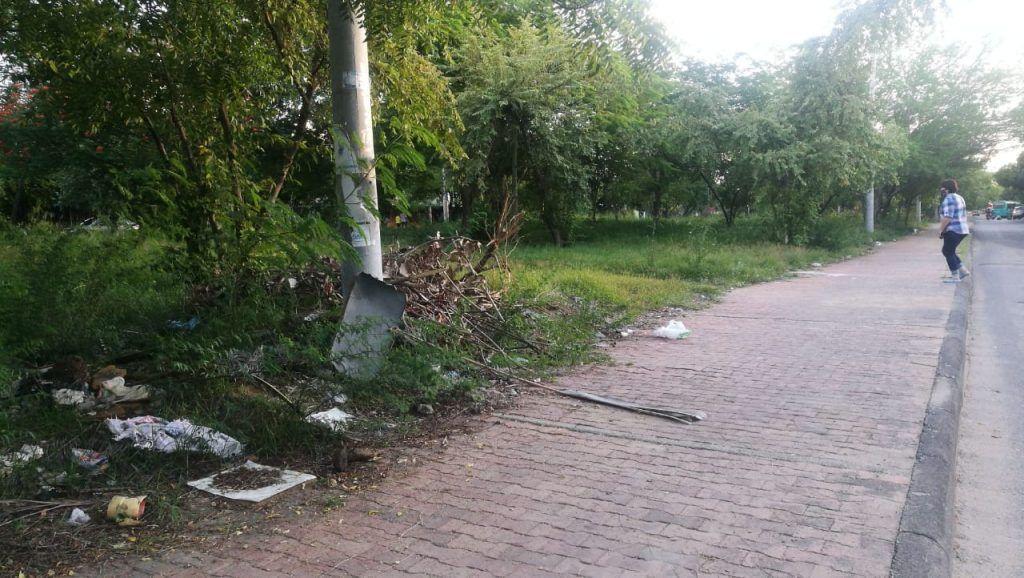 Basuras y escombros son arrojados en las zonas verdes del barrio Madrigal.