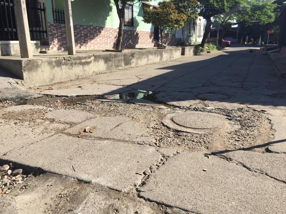 Vías del barrio se encuentran en avanzado estado de deterioro.