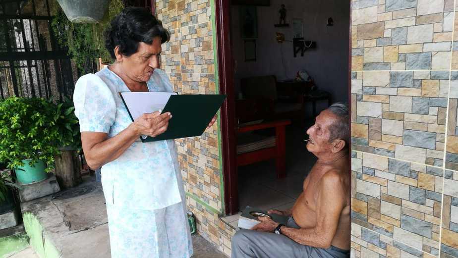Con gran admiración, el esposo de doña Delfina mira a la mujer que lo ha acompañado durante 55 años.