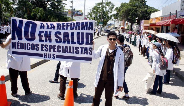 El proyecto, que tendrá que volver al ruedo en la próxima legislatura, ha enfrentado críticas por parte de asociaciones médicas, sindicales y de defensa de la salud.