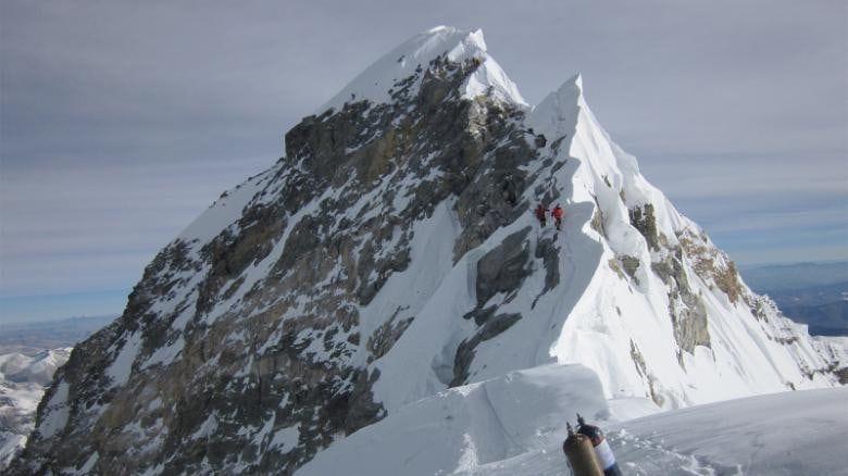 Everest aumentó casi un metro tras terremoto en 2015
