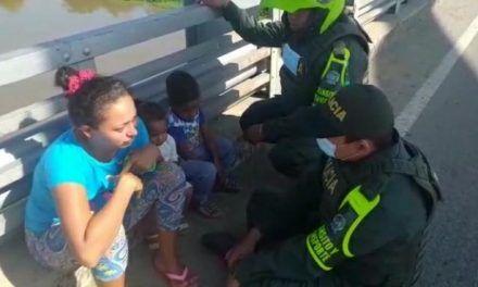 Mujer intentó lanzarse desde un puente vehicular con sus dos hijos