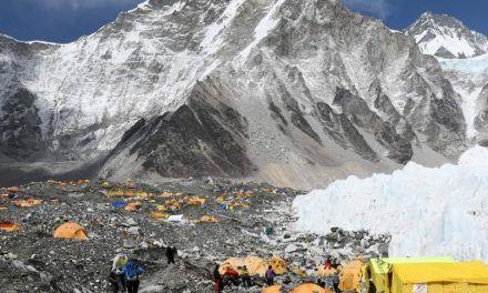Hallan químicos tóxicos permanentes en la nieve del Everest