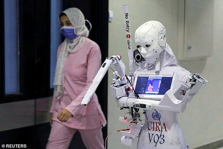 """¿Cómo funciona Cira-03 la """"enfermera robot"""" capaz de realizar tests de COVID-19?"""