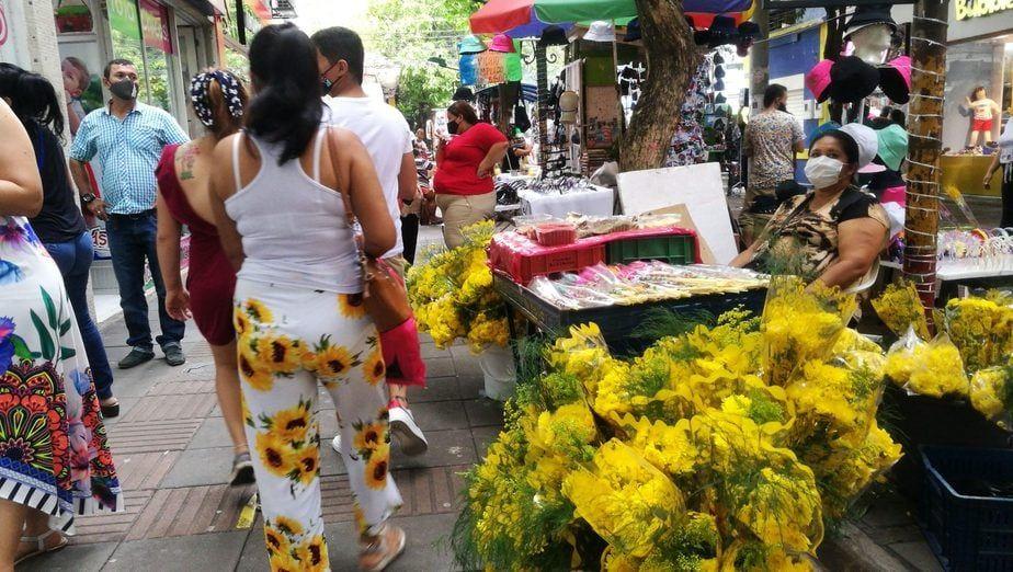 Adornar la casa de flores amarillas es la tradición de los neivanos