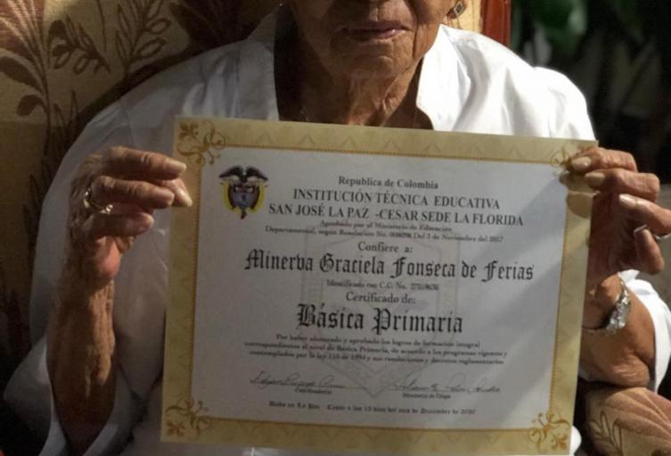 Logró graduarse de primaria una anciana de 88 años en Cesar