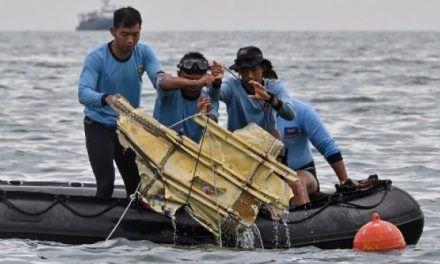 Hallan dos cajas negras del avión que cayó en aguas de Indonesia