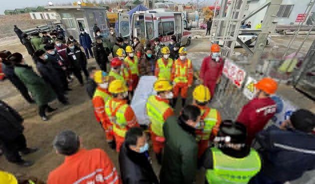 Rescatan a once mineros atrapados en mina de oro en China