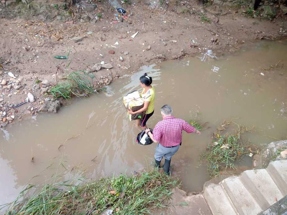 Sus vecinos le prohíben el acceso a su vivienda por la calle principal y les toca pasar por la Quebrada.