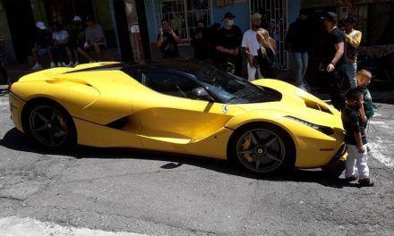 J Balvin llegó en su Ferrari al barrio de crianza en Medellín