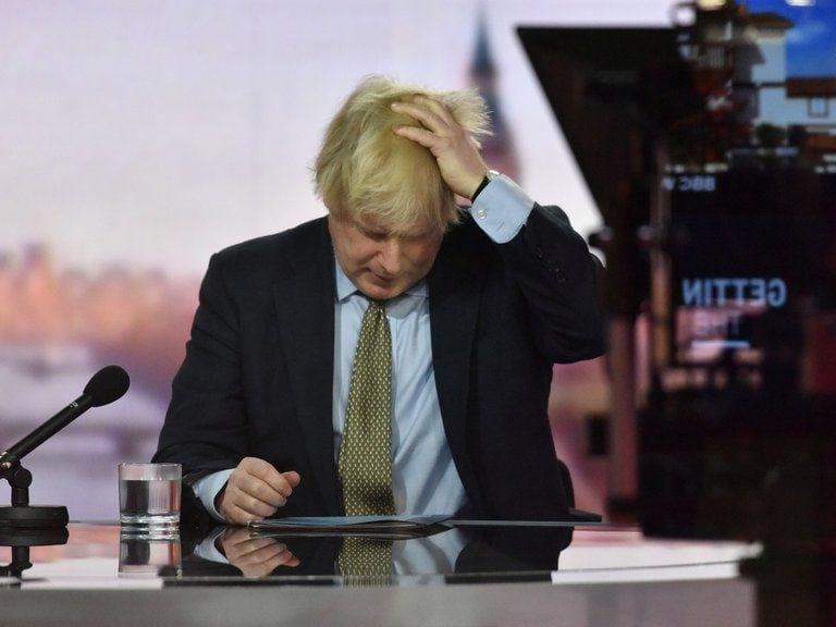 El primer ministro británico Boris Johnson advirtió este domingo que podrían decidirse en su país restricciones más severas para combatir la rápida progresión del nuevo coronavirus.