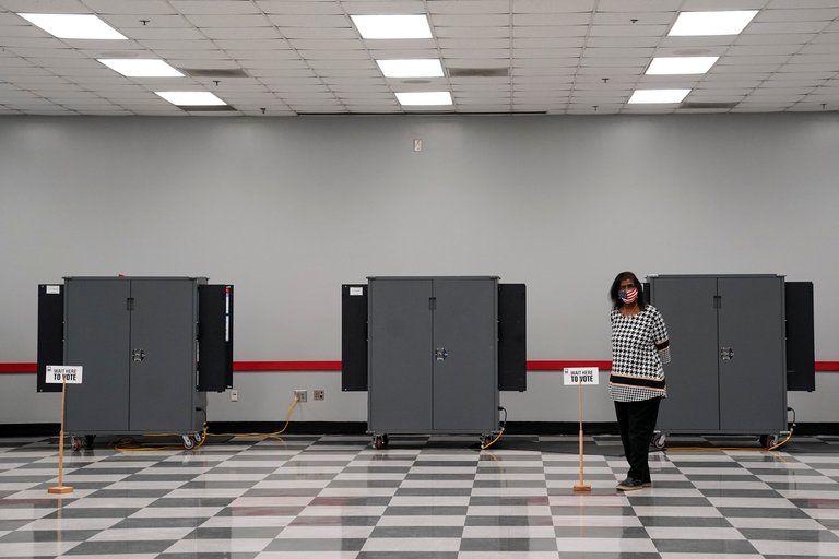 Una mujer espera para ayudar a los votantes a emitir sus votos en la segunda vuelta de las elecciones al Senado de los Estados Unidos (REUTERS/Elijah Nouvelage).