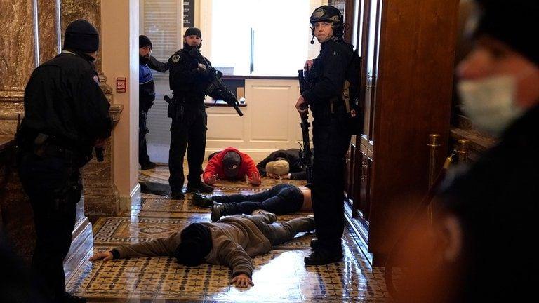 Los manifestantes interactúan con la policía del Capitolio dentro del edificio del Capitolio de los EE.UU. el 06 de enero de 2021 en Washington, DC (Win McNamee/Getty Images/AFP).