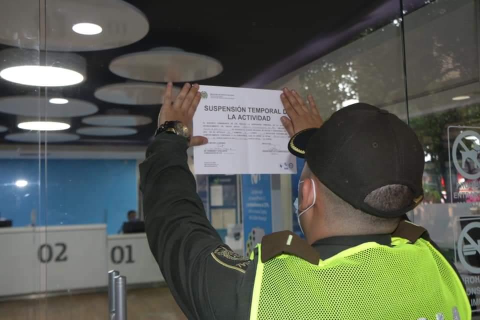 Autoridades cierran locales comerciales en Neiva.