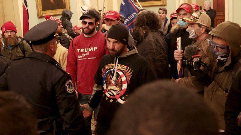 Los partidarios de Trump en el interior del Capitolio de los EEUU el 6 de enero de 2021, en Washington, DC (Foto de Saul LOEB / AFP).