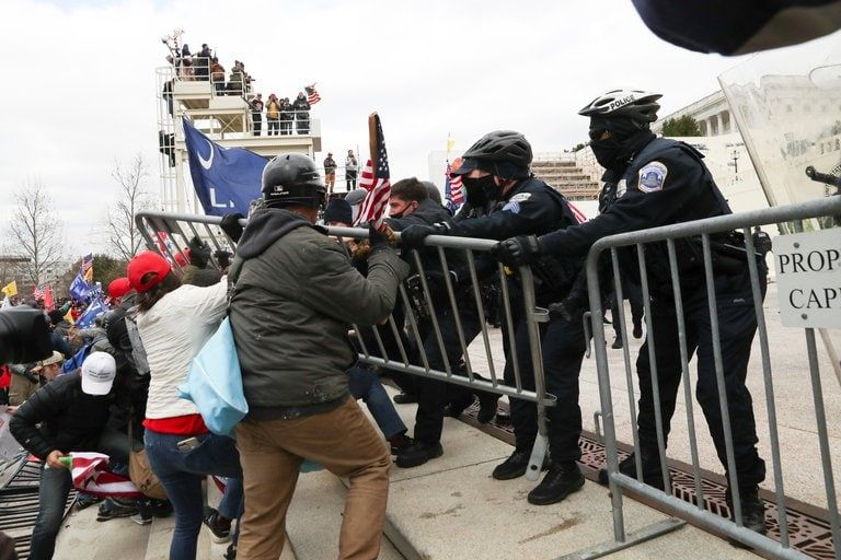 Partidarios de Trump escalaron estructuras metálicas frente al Capitolio este miércoles (AP Photo/Julio Cortez).