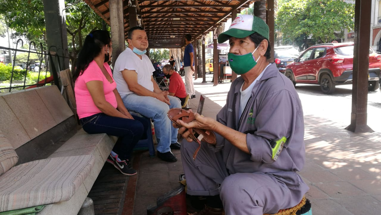 Cristóbal lleva más de una década embelleciendo el calzado de los transeúntes del centro de Neiva.