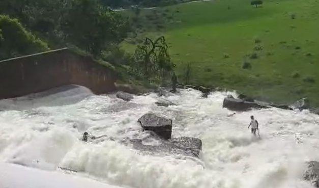 Rescatan a perro que quedó atrapado en una represa