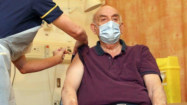 El NHS explicó que ya dispone de 520.000 dosis listas para ser distribuidas, y cientos de nuevos puntos de vacunación entrarán en funcionamiento esta semana, uniéndose a los 700 que ya están en operación. Foto: Getty Images