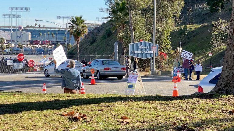 Manifestantes bloquearon uno de los centros de vacunación más grandes de EEUU