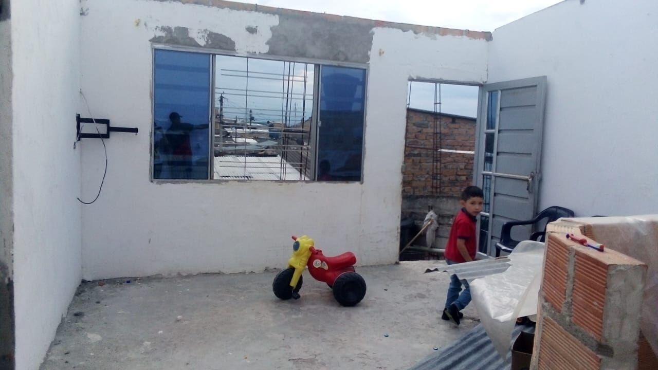 Con sus tres hijos, tuvo que salir Luz Andrea hacia donde un familiar a resguardarse de las inclementes lluvias de Pitalito.