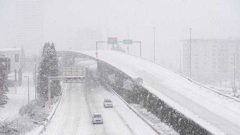 La tormenta ha dejado al menos a 2 millones y medio de personas sin energía eléctrica, cancelando vuelos y haciendo las condiciones muy peligrosas en las carreteras.