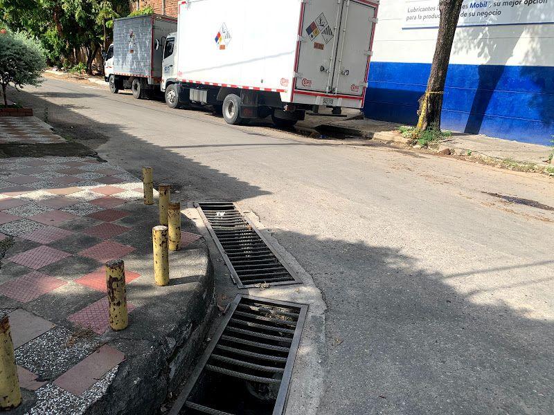 Los conductos de aguas lluvias permanecen sucios lo que hace que las calles se inunden cuando llueve.