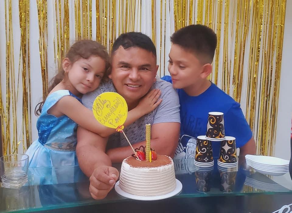 En la foto el homenajeado junto a sus dos pequeños hijos.