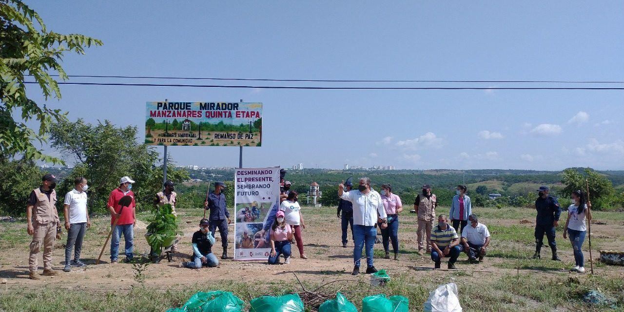 """Soldados desminadores y comunidad en general """"se pusieron la 10"""" con la reforestación del Parque Mirador en Neiva"""