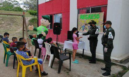 """Patrulla policial """"Red Social"""" dio la bienvenida de regreso a clases en el Huila"""