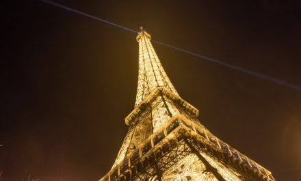 La Torre Eiffel se viste de dorado para JJ.OO. París-2024
