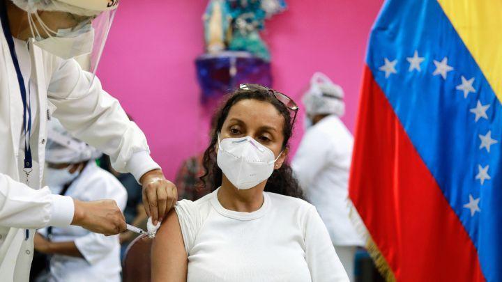 Diputados de Venezuela reciben vacunas antes que ancianos y personal de salud