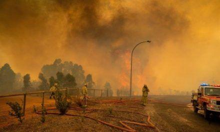 Incendio forestal en Australia arrasa con viviendas y se aumenta por el viento
